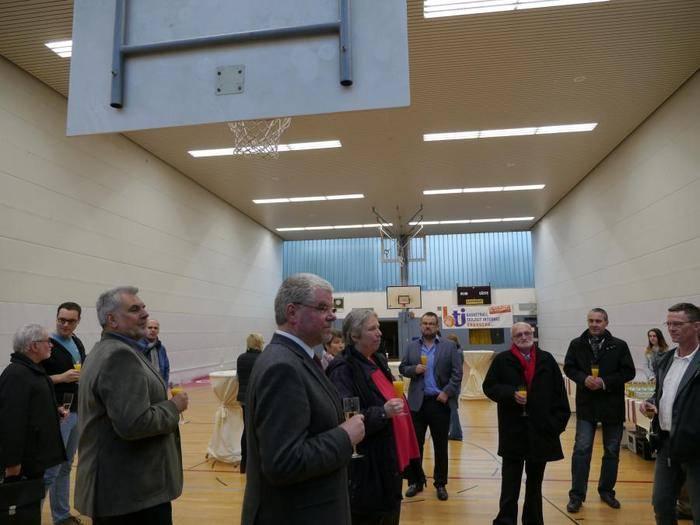 600 000 Euro hat der Landkreis investiert, damit die Sporthalle der Theo-Koch-Schule eine neue Decke bekam.