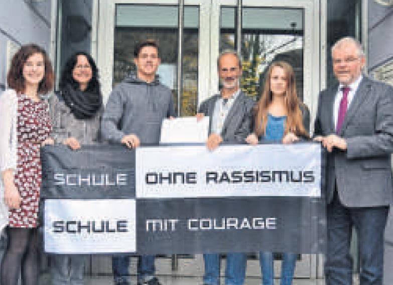 1500 Euro für die Flüchtlingshilfe: Die Schülergruppe »Schule ohne Rassismus – Schule mit Courage« übergibt den Erlös der Benefiz-Gala an Pfarrer Hermann Wilhelmy