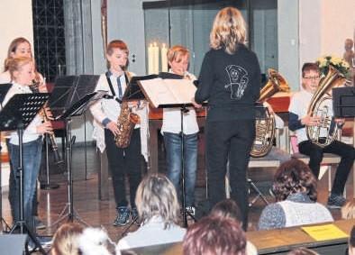 Den Geist der Weihnacht verbreiten Grünberger Schüler bei ihrem gemeinsamen Konzert in der evangelischen Stadtkirche. Das Programm umfasst neben Liedern und Singspielen auch Instrumentalstücke.